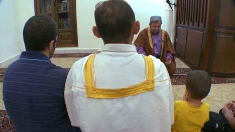 Ein-Imam-Unterrichtet-Schüler-In-Einer-Madrassa-schule-In-Beirut-Libanon-4