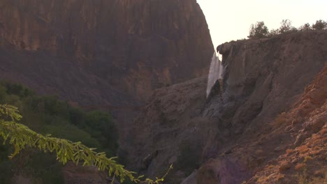 Una-Vista-Lejana-De-La-Principal-Cascada-De-Aguas-Termales-En-Jordania