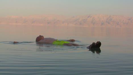 Un-Hombre-Flota-Sobre-Su-Espalda-En-El-Mar-Muerto-De-Jordania-O-Israel