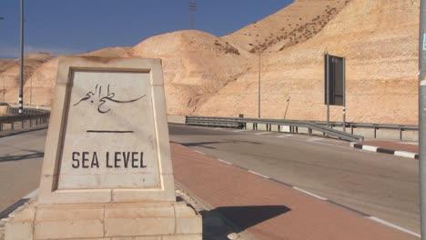 Una-Carretera-Pasa-Una-Señal-Que-Indica-El-Nivel-Del-Mar-Cerca-Del-Mar-Muerto-En-Israel