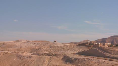 Pan-A-Través-Del-Monasterio-De-Moisés-En-Las-Colinas-De-Judean-Cerca-Del-Mar-Muerto-En-Israel