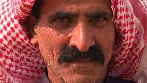 Cerca-De-Un-Rostro-De-Un-Hombre-Beduino-Palestino-Con-Velo-1