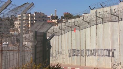 Graffiti-Y-Alambre-De-Púas-Se-Alinean-En-La-Nueva-Barrera-De-Cisjordania-Entre-Israel-Y-Los-Territorios-Palestinos