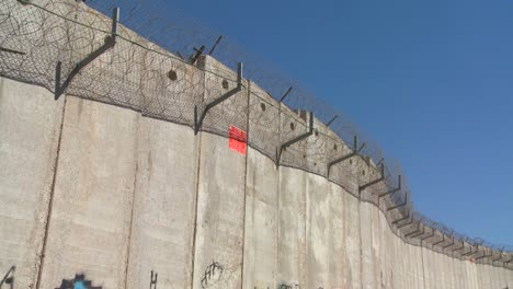 Barbed-wire-adorns-the-top-of-the-new-West-Bank-Barrier-between-Israel-and-the-Palestinian-territories