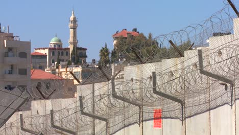 Barbed-wire-adorns-the-top-of-the-new-West-Bank-Barrier-between-Israel-and-the-Palestinian-territories-2