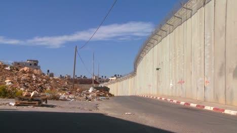 La-Basura-Y-La-Basura-Se-Recogen-A-Lo-Largo-De-La-Base-De-La-Nueva-Barrera-De-Cisjordania-Entre-Israel-Y-Los-Territorios-Palestinos-1
