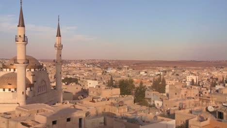 Pan-Para-Revelar-Una-Mezquita-Que-Se-Eleva-Sobre-La-Ciudad-árabe-De-Madaba-En-Jordania