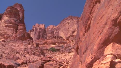 La-Gente-Sube-Por-Un-Cañón-Empinado-Hacia-Las-Montañas-Secas-De-Wadi-Rum-Jordania
