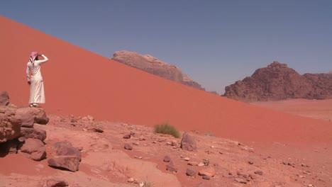 Un-Hombre-árabe-Mira-Hacia-El-Desierto-De-Arabia-Saudita-De-Wadi-Rum-Jordania