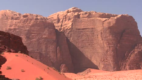 Los-Excursionistas-Exploran-Las-Vastas-Arenas-Del-Desierto-De-Wadi-Rum-Jordania