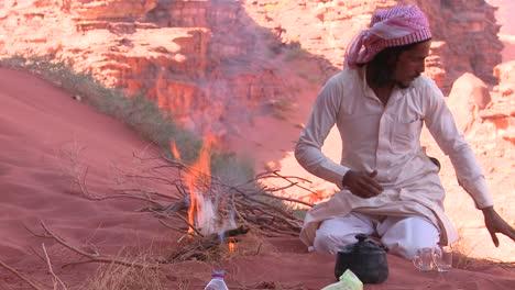Ein-Beduinenmann-Macht-In-Der-Wüste-Ein-Feuer-Mit-Der-Hand