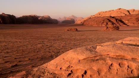Un-Plano-Amplio-De-Las-Vastas-Arenas-Del-Desierto-De-Wadi-Rum-Jordania