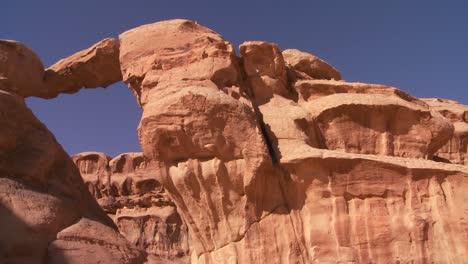 Pan-A-Través-De-Una-Increíble-Formación-De-Arco-En-El-Desierto-De-Sadi-En-Wadi-Rum-Jordania