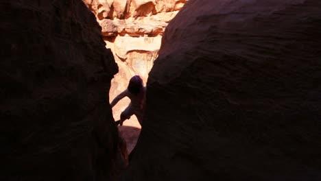 Un-Hombre-Beduino-Sube-A-Los-Acantilados-De-Wadi-Rum-Jordania
