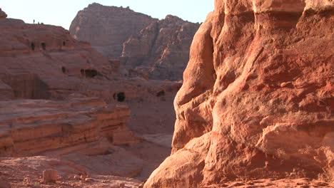 Tumbas-Gigantes-De-Arenisca-En-Las-Antiguas-Ruinas-Nabateas-De-Petra-Jordan-1