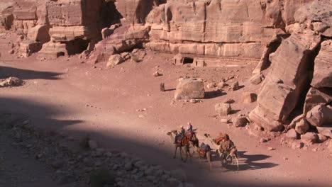 La-Gente-Monta-Burros-Y-Camellos-Cerca-Del-Antiguo-Anfiteatro-En-Las-Antiguas-Ruinas-Nabateas-De-Petra-Jordania