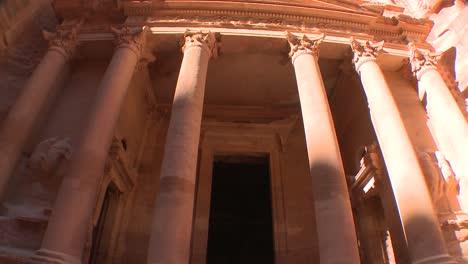 Vista-De-ángulo-Bajo-De-Inclinación-Hacia-Arriba-De-La-Fachada-Del-Edificio-Del-Tesoro-En-Las-Antiguas-Ruinas-Nabateas-De-Petra-Jordania