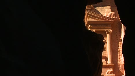 Vista-De-La-Fachada-Del-Edificio-Del-Tesoro-En-Las-Antiguas-Ruinas-Nabateas-De-Petra-Jordania-A-Través-Del-Estrecho-Cañón-De-Entrada-2