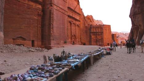 Se-Venden-Recuerdos-En-La-Antigua-Ciudad-Nabatea-De-Petra-En-Jordania-