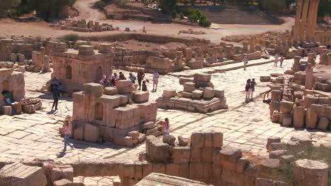 Touristen-Gehen-Zwischen-Den-Ruinen-Von-Jerash-Jordan