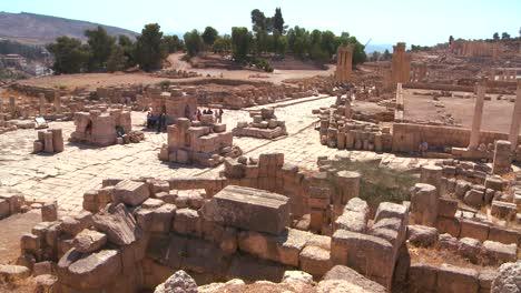 Touristen-Gehen-Zwischen-Den-Ruinen-Von-Jerash-Jordan-1