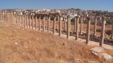 The-Roman-pillars-of-Jerash-with-the-modern-city-background