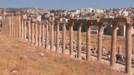 Die-Römischen-Säulen-Von-Jerash-Mit-Dem-Modernen-Stadthintergrund-2