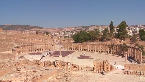 Ein-Niedriger-Winkel-Mit-Blick-Auf-Säulen-In-Der-Römischen-Stadt-Jerash-In-Jordanien-1rash