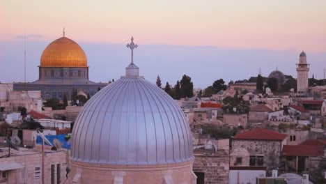 La-Cúpula-De-La-Roca-Está-Enmarcada-Con-Iglesias-Cristianas-Y-Mezquitas-Sobre-El-Horizonte-De-La-Ciudad-Vieja-De-Jerusalén