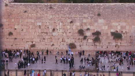 ewish-pilgrims-praying-at-the-Wailing-Wall-in-Jerusalem-Israel