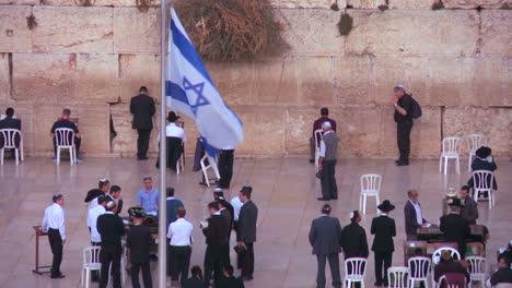 Die-Israelische-Flagge-Weht-Vor-Jüdischen-Pilgern-Die-An-Der-Klagemauer-In-Jerusalem-Beten