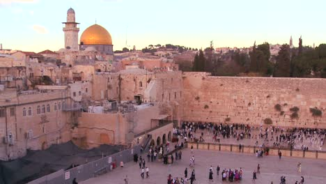 Fast-motion-of-people-beneath-The-Dome-of-the-Rock-as-it-towers-over-the-Old-City-of-Jerusalem-and-the-Wailing-Wall-1