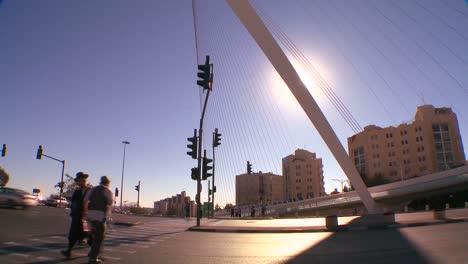 Incline-Hacia-Un-Enorme-Puente-En-Forma-De-Arpa-Saluda-A-Los-Visitantes-En-La-Ciudad-Nueva-De-Jerusalén-Israel-1
