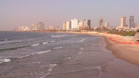 Tel-Aviv-Israel-Con-Olas-Rompiendo-En-La-Orilla