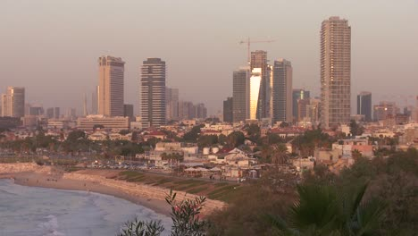 Modernos-Edificios-De-Tel-Aviv-Israel-Con-Playa-Cercana