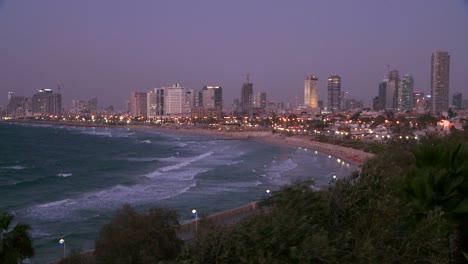 Modernos-Edificios-De-Tel-Aviv-Israel-Por-La-Noche-Con-La-Playa-Y-El-Océano-Cerca