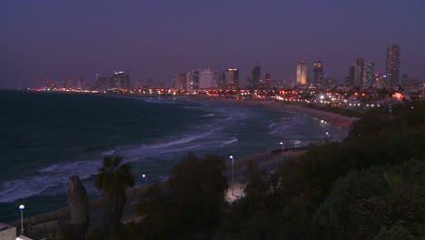 Modernos-Edificios-De-Tel-Aviv-Israel-Por-La-Noche-Con-La-Playa-Y-El-Océano-Cerca-2