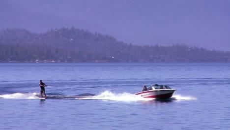 Un-Esquiador-Acuático-Se-Mueve-A-Través-De-Las-Aguas-Cristalinas-Del-Lago-Tahoe-Nevada