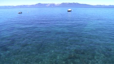 Una-Vista-De-Gran-Angular-De-Las-Aguas-Cristalinas-Del-Lago-Tahoe-Nevada-