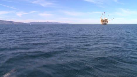 Eine-Ölplattform-Vor-Der-Küste-Von-Santa-Barbara-Kalifornien-Von-Einem-Sich-Nähernden-Boot-Aus-Gesehen-As