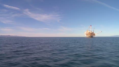Eine-ölplattform-Vor-Der-Küste-Von-Santa-Barbara-Kalifornien-Wie-Sie-Von-Einem-In-Der-Nähe-Vorbeifahrenden-Boot-Aus-Gesehen-Wird