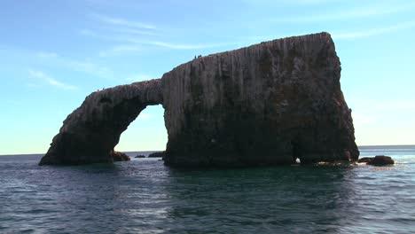 El-Icónico-Puente-Natural-De-Las-Islas-Anacapa-E-Islotes-Cercanos-En-El-Parque-Nacional-De-Las-Islas-Del-Canal-Visto-Desde-Un-Barco-Que-Pasa