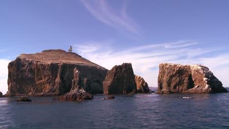 La-Isla-De-Anacapa-Su-Faro-Y-Los-Islotes-Circundantes-En-El-Parque-Nacional-Channel-Islands-Visto-Desde-Un-Barco-Cerca-De-La-Costa