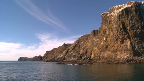Un-Escarpado-Acantilado-En-El-Parque-Nacional-Channel-Islands-Visto-Desde-Un-Barco-Cerca-De-La-Costa