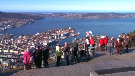 Los-Turistas-Se-Reúnen-En-Un-Alto-ángulo-De-Vista-De-Bergen-Noruega