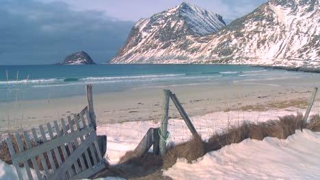Una-Hermosa-Playa-En-Medio-De-Los-Fiordos-Al-Norte-Del-Círculo-Polar-ártico-En-Las-Islas-Lofoten-Noruega