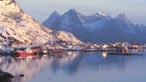 Una-Imagen-Perfecta-De-Las-Nubes-Doradas-Del-Atardecer-Detrás-De-Una-Aldea-Y-La-Costa-En-Medio-De-Los-Fiordos-Al-Norte-Del-Círculo-Polar-ártico-En-Las-Islas-Lofoten-Noruega-1