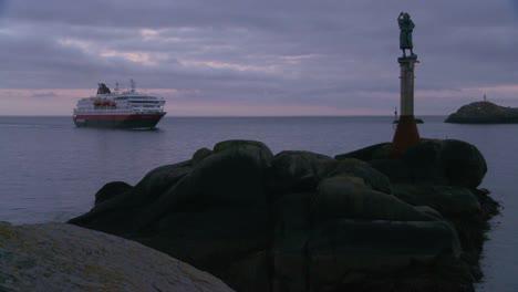 El-Crucero-Hurtigruten-Navega-Por-Los-Fiordos-De-Noruega-1