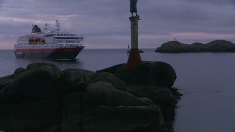 El-Crucero-Hurtigruten-Navega-Por-Los-Fiordos-De-Noruega-2