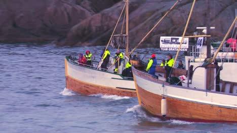 Una-Gran-Flota-De-Barcos-De-Pesca-Comerciales-Tradicionales-Navega-Hacia-El-Mar-De-Noruega-En-Las-Islas-Lofoten